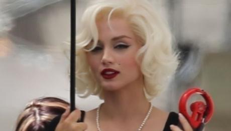Ана де Армас на съемках Мэрилин Монро Блондинка фильм 2020