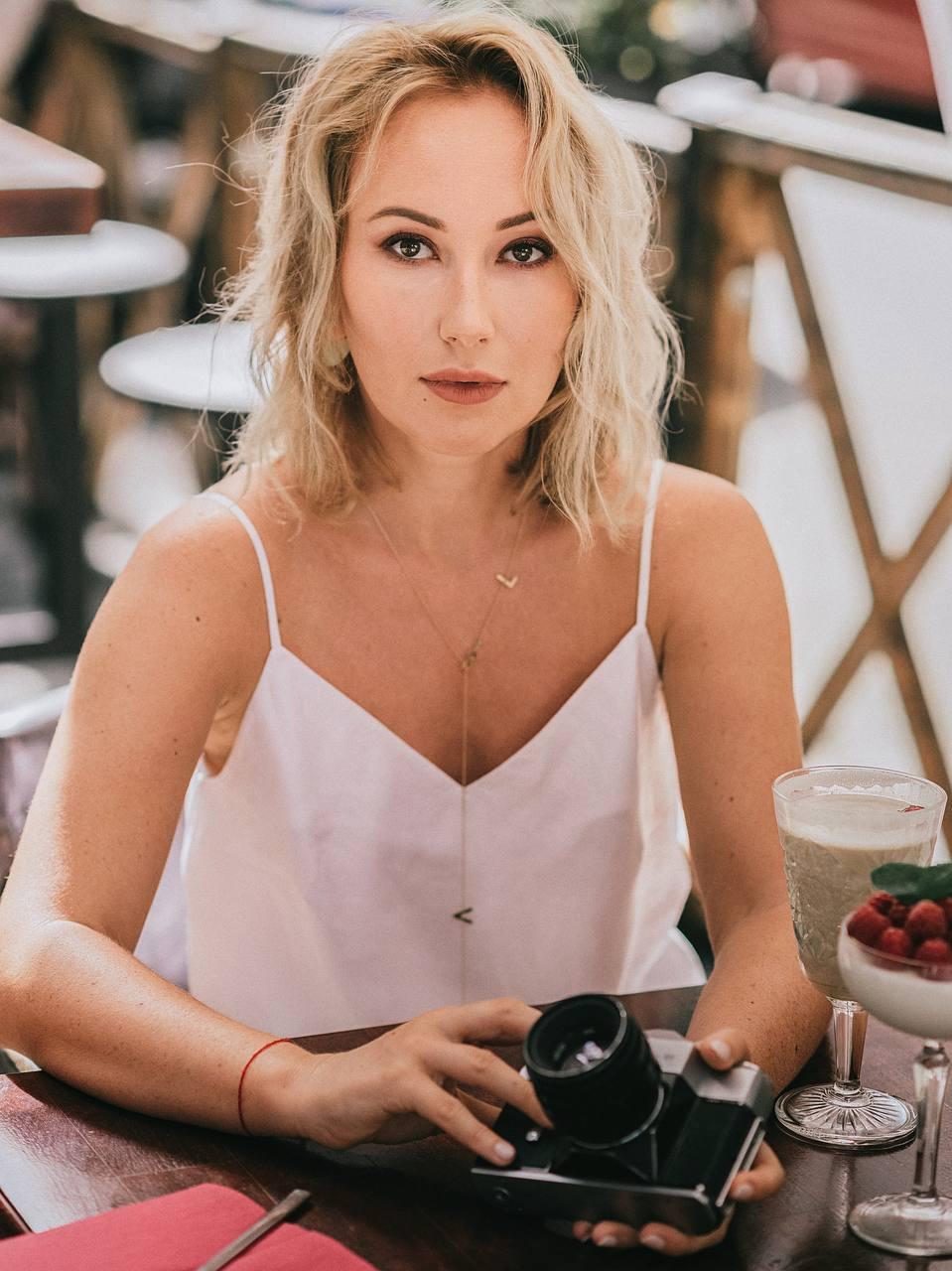 Ксенія Бугрімова- українська телережисерка, кінорежисерка, продюсерка, шоуранерка та сценаристка