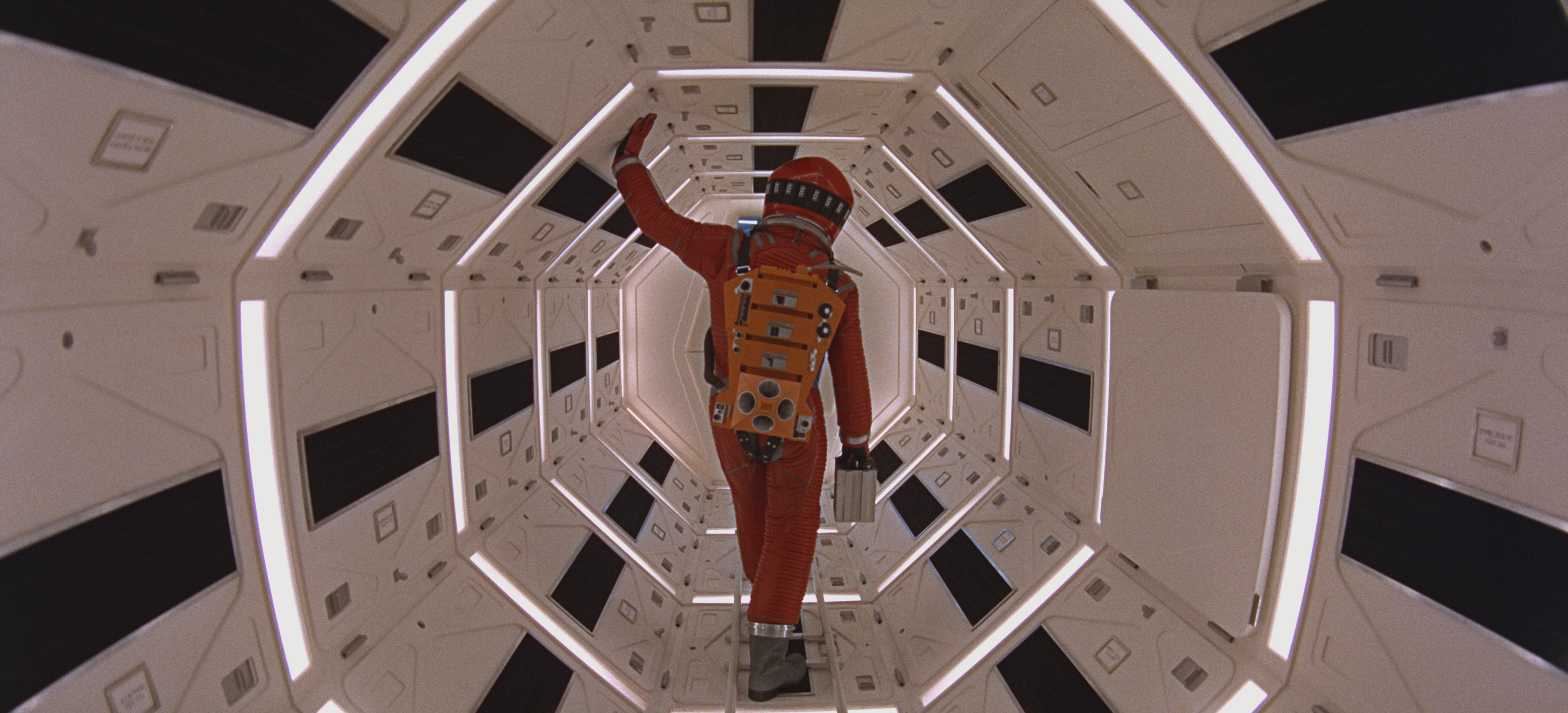 9. Космическая одиссея 2001 года 2001: A Space Odyssey (1968), оператор Джеффри Ансуорт, дополнительный операторДжон Олкотт (режиссер Стэнли Кубрик)