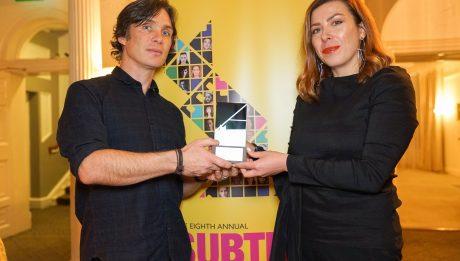 Кілліан Мерфі вручив генеральній продюсерці ОМКФ Юлії Сінькевич нагороду за внесок у розвиток українського кіно