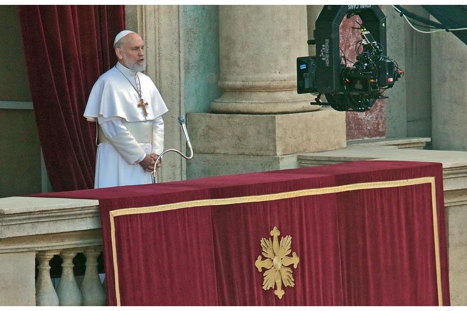 Новый Папа 3 серия Джон Малкович трибуна Ватикана