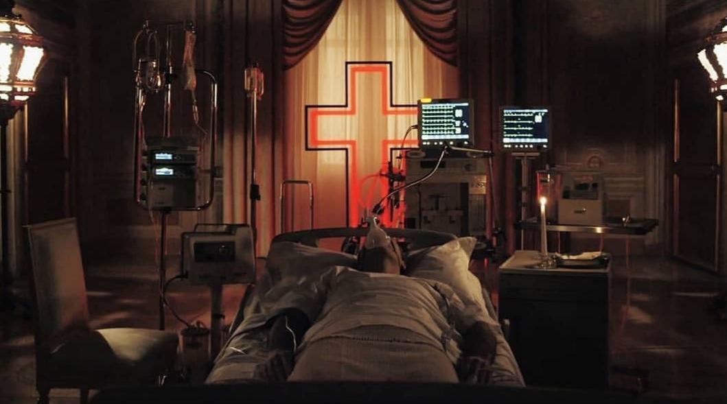 Новый Папа 3 серия Джон Малкович молится